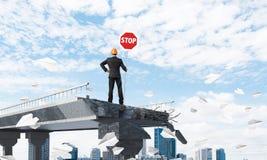 Segnaletica di sicurezza sicura della via della tenuta dell'ingegnere Immagine Stock