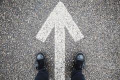 Segnaletica stradale bianca maschio e del piede della freccia immagini stock