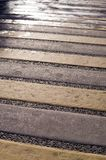 Segnaletica stradale pedonale al giorno piovoso urbano, fondo fotografie stock