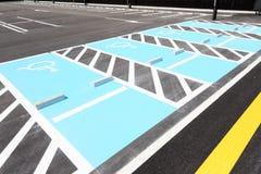 Segnaletica stradale per parcheggio disabile Immagini Stock