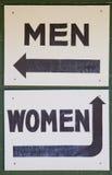 Segnali di direzione della stanza da bagno delle donne e degli uomini Immagine Stock Libera da Diritti