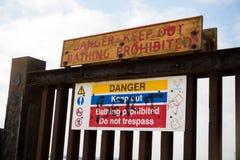 Segnali di pericolo vicino all'isola della centrale elettrica del grano Fotografia Stock Libera da Diritti
