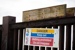 Segnali di pericolo vicino all'isola della centrale elettrica del grano Fotografia Stock