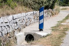 Segnali, simboli ed oggetti sulla strada in Francia immagini stock
