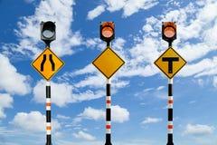 Segnali stradali alimentati solari, segnali stradali sul backgrou del cielo blu Fotografia Stock
