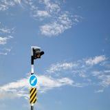 Segnali stradali alimentati solari, segnali stradali sul fondo del cielo Fotografia Stock Libera da Diritti