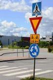 Segnali stradali alla rotonda dell'intersezione fotografie stock libere da diritti