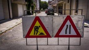 Segnali stradali che indicano riparazione della strada immagine stock