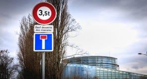 Segnali stradali che proibiscono accesso ai veicoli oltre 3 5 tonnellate e un vicolo cieco fotografie stock libere da diritti