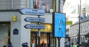 Segnali stradali con le direzioni a Parigi Francia video d archivio