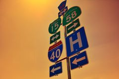 40 segnali stradali da uno stato all'altro con le luci di alba Fotografie Stock