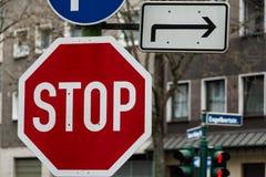 Segnali stradali del primo piano di direzione e di cautela immagini stock libere da diritti