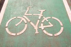 Segnali stradali della bicicletta sulla strada Immagini Stock