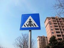 Segnali stradali di attraversamento Immagini Stock Libere da Diritti