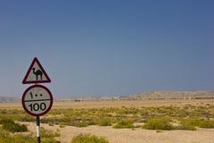 Segnali stradali e paesaggio dell'Oman Fotografia Stock Libera da Diritti