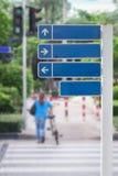 Segnali stradali, segnali stradali o posta della guida sulla via Fotografie Stock Libere da Diritti
