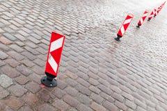 Segnali stradali a strisce rossi e bianchi verticali di cautela immagini stock