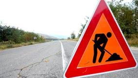 Segnali stradali sulla strada, nell'ambito del simbolo di ricostruzione Fotografie Stock Libere da Diritti