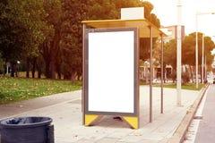 Segnaposto vuoto verticale sulla fermata dell'autobus della città, modello dell'insegna di informazioni, spazio del tabellone per fotografia stock