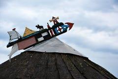 Segnavento dei pescatori sulla cima del tetto di una casa h in Nida, fotografia stock