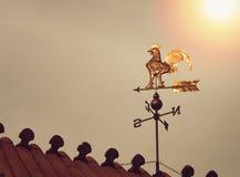 Segnavento del gallo sul tramonto Immagini Stock
