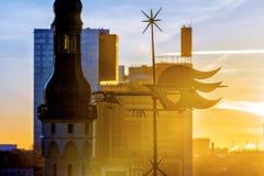 Segnavento sui vecchi tetti a Tallinn L'Estonia fotografie stock