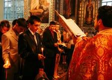 Segnet Absolvent in der Kirche Stockfotos