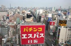Segni al neon variopinti della costruzione e cime del tetto al distretto di Shinjuku Fotografia Stock Libera da Diritti