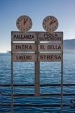 Segni che indicano le destinazioni dei traghetti sul lago Maggior Fotografia Stock Libera da Diritti