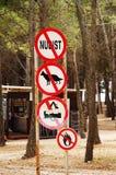 Segni che proibiscono i nudisti, i cani, le tende ed i fuochi di accampamento Immagini Stock Libere da Diritti