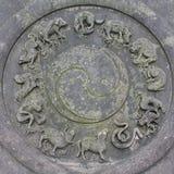 Segni cinesi dello zodiaco sulla moneta di pietra Immagine Stock