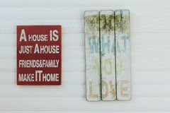 Segni con le parole di motivazione su legno rustico Fotografia Stock