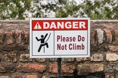 Segni con un divieto di scalata della parete Fotografie Stock