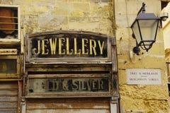 Segni d'annata di affari sulle vecchie costruzioni fotografia stock libera da diritti