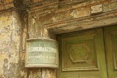 Segni d'annata di affari sulle vecchie costruzioni fotografia stock