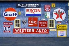 Segni dal lato di gas e del distributore di benzina, Orland, ME fotografie stock libere da diritti