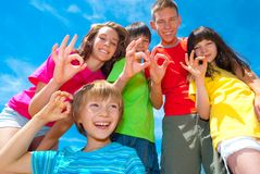 Segni dei bambini sorridenti bene Fotografie Stock Libere da Diritti