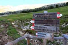 Segni dei percorsi alpini nelle dolomia, Italia di trekking immagine stock libera da diritti