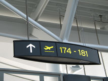 Segni del cancello dell'aeroporto Immagine Stock
