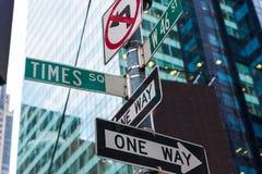 Segni del Times Square & st New York di W 46 Fotografia Stock Libera da Diritti