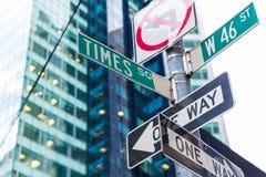 Segni del Times Square & st New York di W 46 Fotografie Stock