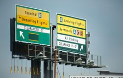 Segni dell'aeroporto che mostrano i vari terminali all'aeroporto di LaGuardia, New York Fotografia Stock