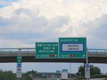 Segni dell'autostrada raggiungere Budapest o Bratislava Fotografia Stock Libera da Diritti