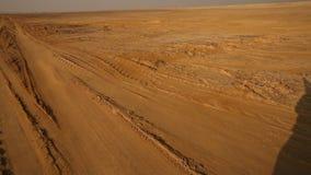Segni della gomma nel deserto stock footage