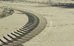Segni della gomma nella sabbia Fotografia Stock