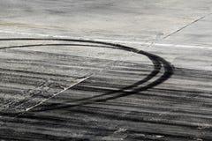 Segni della gomma sulla pista della strada immagini stock