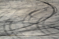 Segni della gomma sulla pista della strada fotografie stock libere da diritti