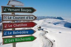 Segni della pista dello sci alla località di soggiorno di Semnoz immagini stock libere da diritti