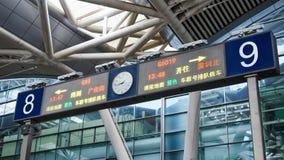 Segni della stazione ferroviaria e direzioni ad alta velocità, Cina immagini stock libere da diritti