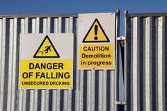 Segni di caduta di demolizione del pericolo Fotografie Stock Libere da Diritti